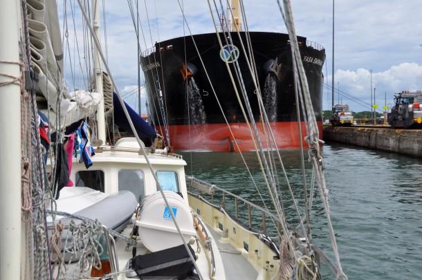 met-containerschip-in-panamakanaal